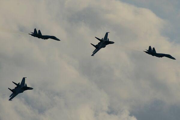 Самолеты Су-34 во время демонстрационной программы Международного военно-технического форума Армия-2015