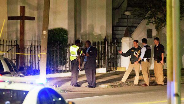 Полиция на месте стрельбы в Африканской методистской церкви в Чарлстоне. США, июнь 2015