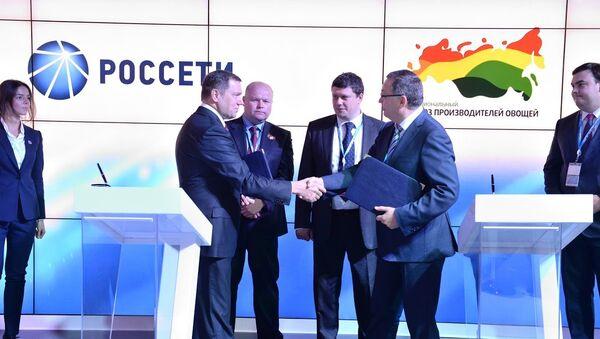 Генеральный директор Россети Олег Бударгин и президент НСПО Сергей Королев на подписании соглашения