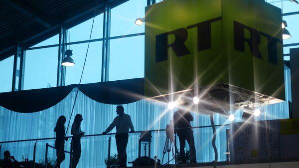 Куб с логотипом телеканала RT