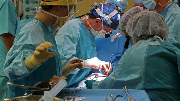 Хирурги проводят операцию. Архивное фото