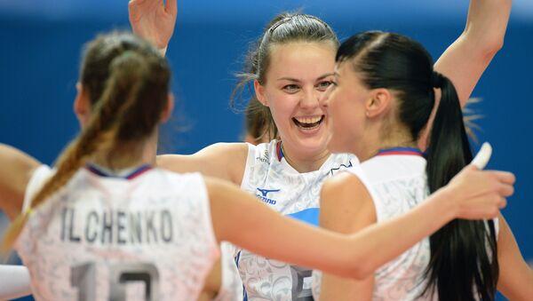 Игроки сборной России радуются победе в матче Кубка Ельцина по волейболу над командой Китая