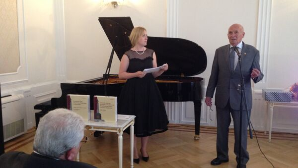 Петер Сиксль и его помощница Александра Кольб на презентации книги памяти в Посольстве РФ
