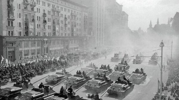 Самоходные артиллерийские установки движутся к Красной площади для участия в параде Победы