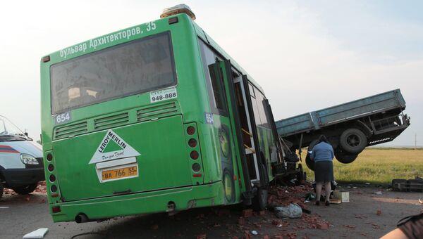 Сотрудник правоохранительных органов на месте столкновения автомобиля КАМАЗ и пассажирского автобуса ЛИАЗ, следовавшего по маршруту из поселка Кормиловка