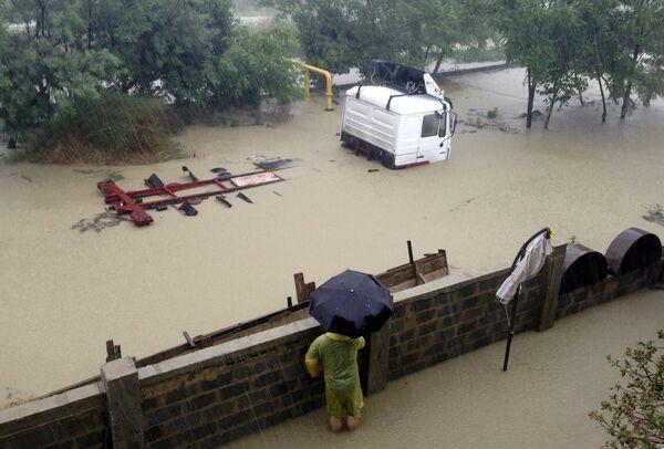 Грузовой автомобиль на затопленной улице в Сочи
