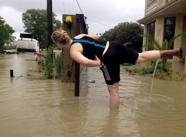 Женщина на затопленной улице Сочи