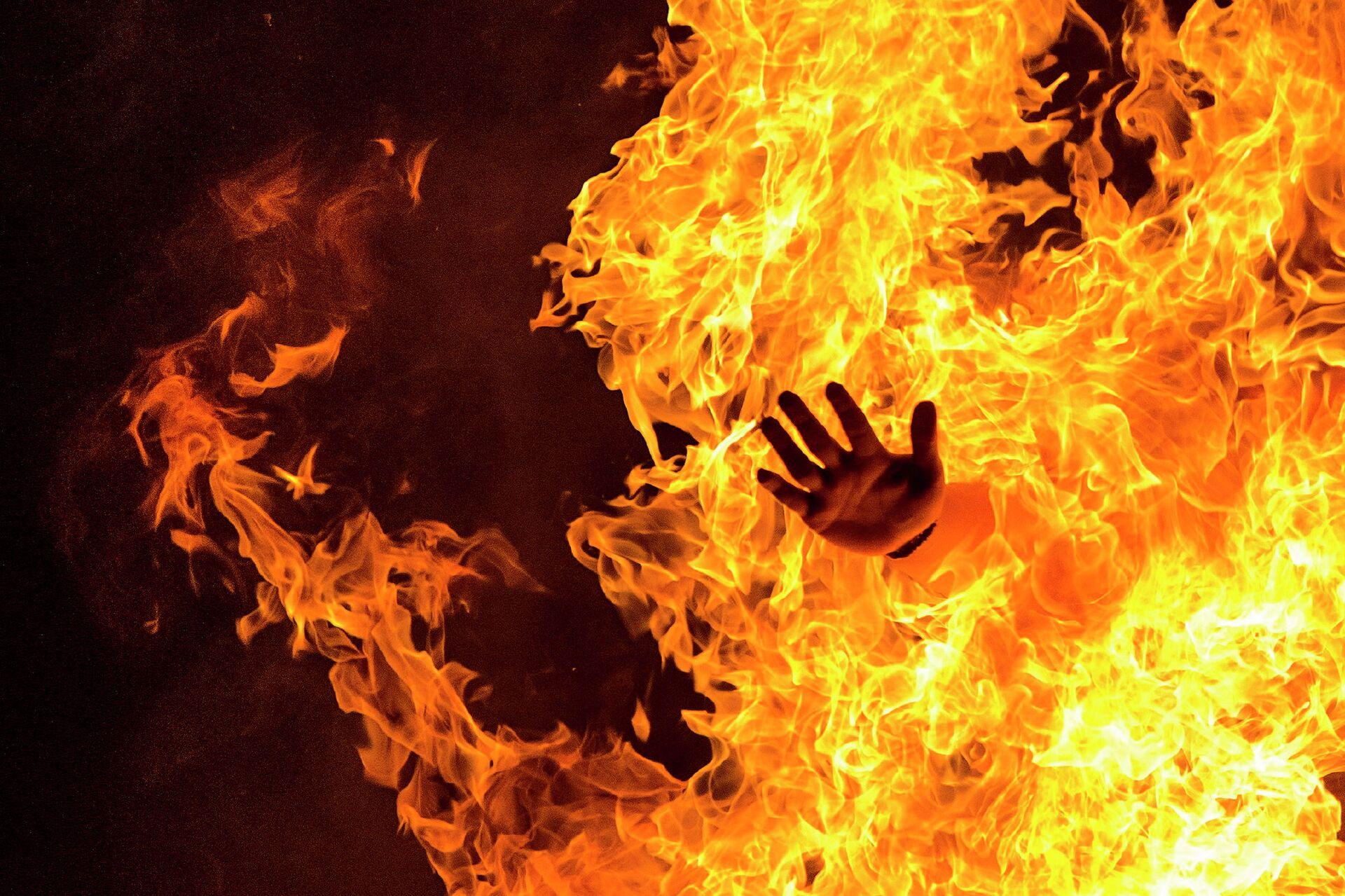 Участник народных гуляний прыгает через костер во время празднования Дня святого Иоанна Крестителя в Испании - РИА Новости, 1920, 25.09.2020