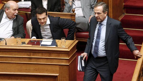 Антонис Самарас (справа) и Алексис Ципрас (в центре) на заседании парламента Греции