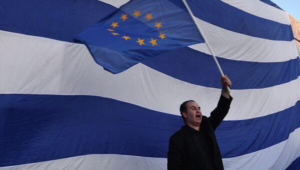 Мужчина держит флаг в Афинах. Архивное фото
