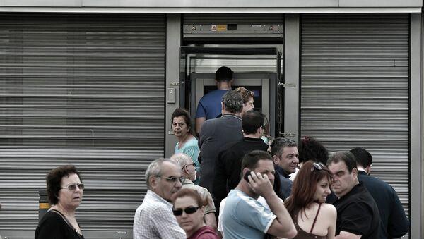 Очередь к банкомату в Афинах, Греция