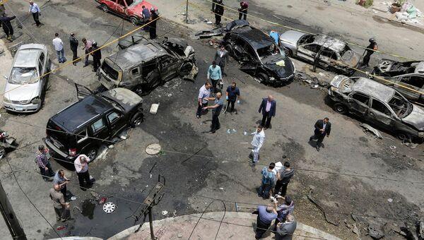Сотрудники службы безопасности на месте взрыва автомобиля генпрокурора Египта Хишама Бараката. 29 июня 2015. Архивное фото