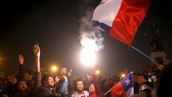 Болельщики сборной Чили по футболу празднуют победу команды