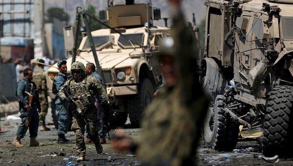 Солдаты НАТО на месте взрыва возле американского посольства в Кабуле, Афганистан