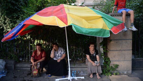 Участники в акции протеста на проспекте Баграмяна в Ереване