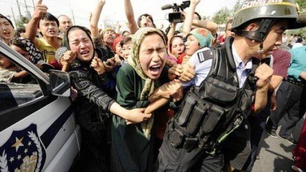 Демонстрация уйгуров-мусульман в Пекине