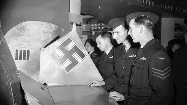 Американские военные возле деталей немецкого самолета Мессершмитт Вf 109. Архивное фото