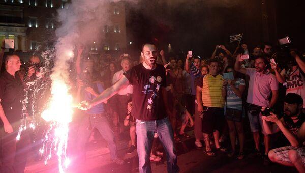 Сторонники ответа Нет празднуют победу по итогам референдума. Афины, Греция. Архивное фото
