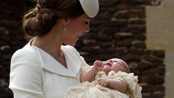 Герцогиня Кембриджская Кэтрин с принцессой Шарлоттой возле церкви Святой Марии Магдалины после крещения
