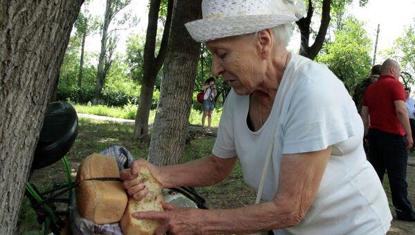 Жительница Донецка во время акции Хлеб в каждый дом