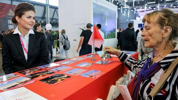 Посетительница на стенде компании Уральские авиалинии на Международной промышленной выставке Иннопром 2015