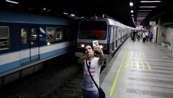 Египтянин делает селфи на станции метро в Каире. 2015 год