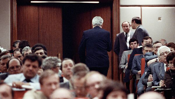 Делегат XXVIII съезда КПСС, Председатель Верховного Совета РСФСР Борис Николаевич Ельцин покидает зал заседания после объявления о своем выходе из КПСС. Архивное фото