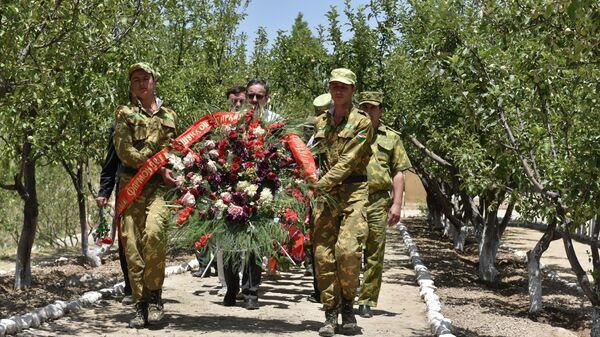 Возложение венков на пограничной заставе Саригор к памятнику 25 героев