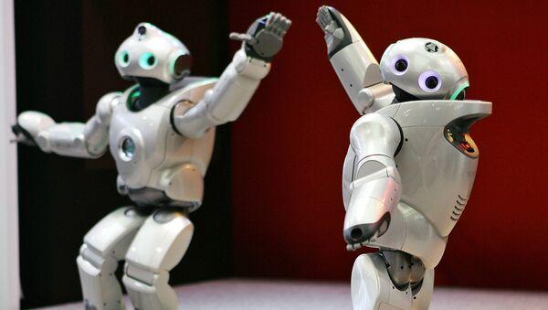 Роботы Qrio танцуют аргентинское танго в Токио, Япония. 2005 год