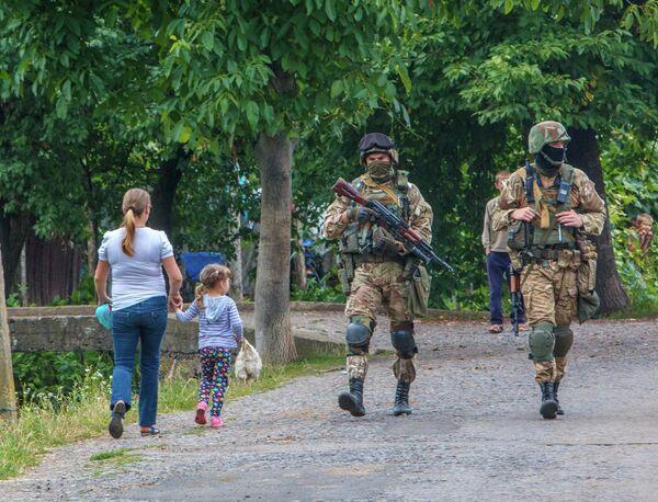 Украинские военные патрулируют деревню возле Мукачево