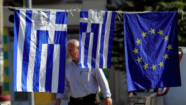 Флаги Греции и Евросоюза на улице в Тессалониках, Греция