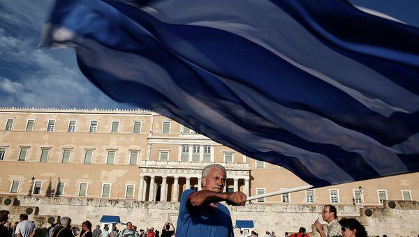 Участник митинга сторонников соглашения с кредиторами у здания парламента в Афинах, Греция. Архив