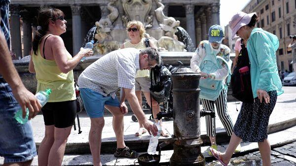 Туристы и жители Рима наполняют бутылки водой из-за жары