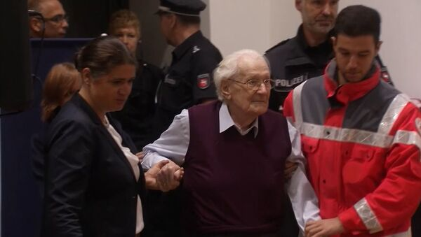 Бухгалтер Аушвица Гренинг с трудом вошел в здание суда перед приговором