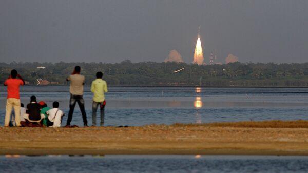 Запуск ракеты-носителя с индийским навигационным спутником IRNSS-1D с космодрома на острове Шрихарикота