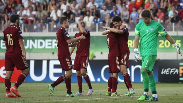 Игроки сборной России радуются забитому голу в матче 1/2 финала юношеского чемпионата Европы
