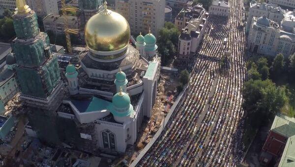 Молитва в праздник Ураза-байрам у соборной мечети в Москве. Съемка с воздуха