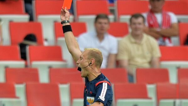 Судья показывает красную карточку игроку ФК Уфа Эммануэль Фримпонгу