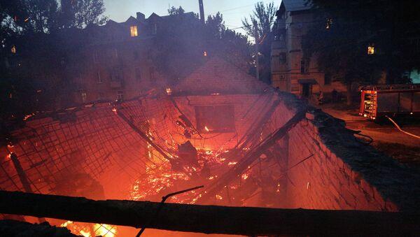 Здание горит после обстрела Донецка. Архивное фото