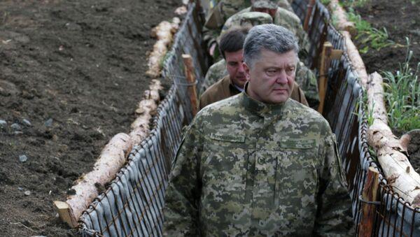 Президент Украины Петр Порошенко во время поездки в Донбасс. Архивное фото