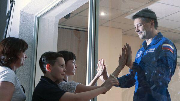 Космонавт Роскосмоса Олег Кононенко прощается со своими детьми перед полетом в космос