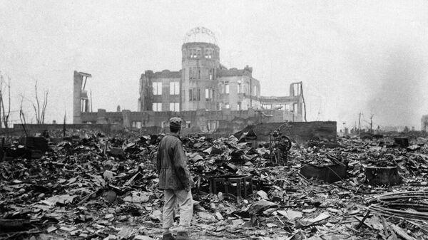 Журналист осматривает руины бывшего кинотеатра спустя месяц после бомбардировки Хиросимы, Япония. 8 сентября 1945