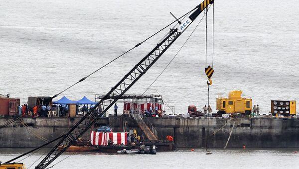 Водолазы на месте затонувшей подводной лодки Синдуракшак