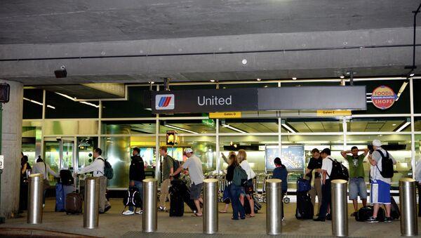Пассажиры в нью-йоркском аэропорту LaGuardia