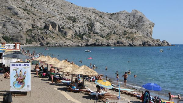 Отдыхающие на пляже в Судаке, Крым