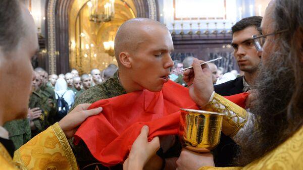 Военнослужащий на патриаршем богослужении в храме Христа Спасителя по случаю 1000-летия преставления святого равноапостольного князя Владимира