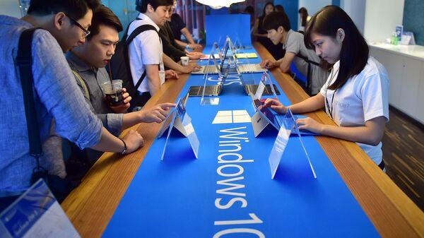 Пользователи тестируют операционную систему Windows 10. Архивное фото