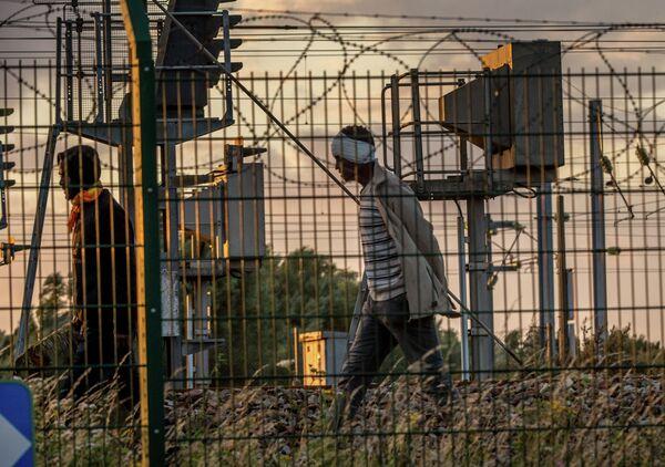 Мигранты пытаются попасть в Евротуннель по железнодорожным путям