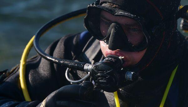 Дайвер погружается под воду. Архивное фото