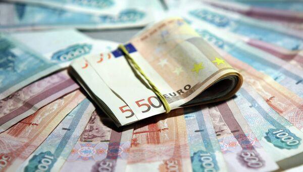 Рубли и евро. Архивное фото